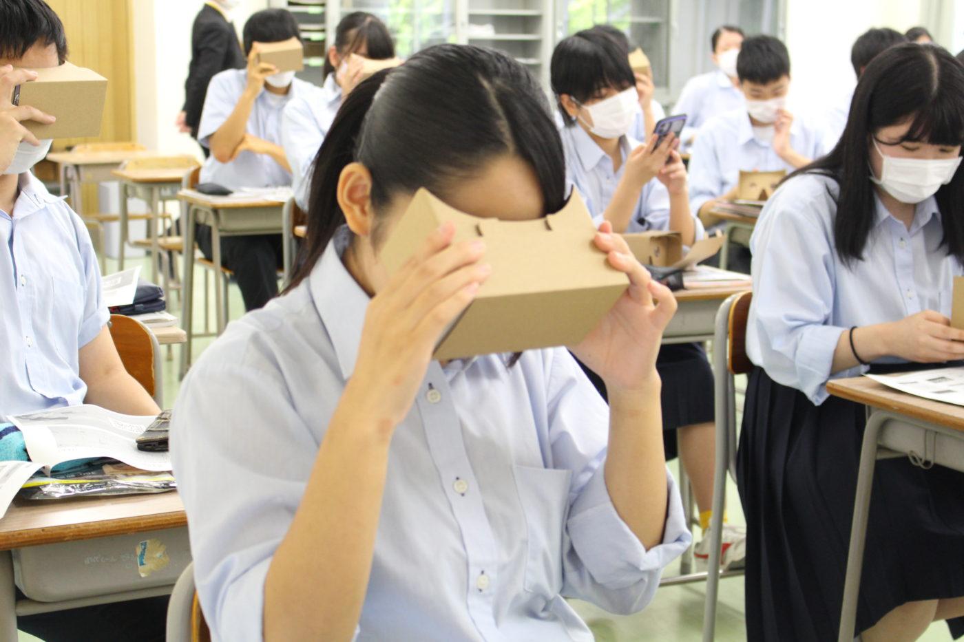 五泉高校VR授業 生徒がVRを体験している様子